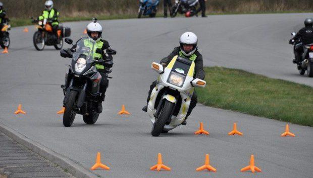 to mænd på motorcykel i gang med at tage mc kørekort